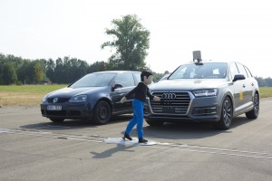 Achtung, Fußgänger! Notbremsassistenten können Unfallfolgen deutlich senken. Foto: ADAC.
