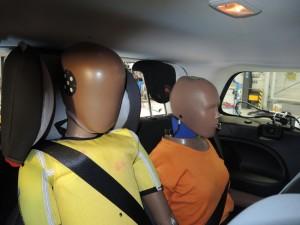 Aufgrund der erhöhten Position des Kindersitzes in der dritten Sitzreihe prallt der Kopf des Dummys beim Crash gegen den Fahrzeughimmel, was zu einem erhöhten Verletzungsrisiko führt. Foto: ADAC.