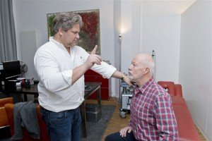 Dr. med. Michael Feld (l.) untersucht Bill Mockridge. Foto: Alena Zerbes.