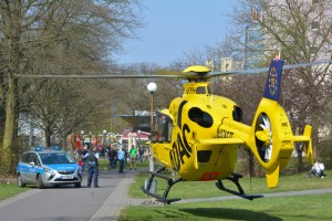 Egal, wo der Hubschrauber landet, ein Sicherheitsabstand ist immer einzuhalten. Foto: ADAC/Stephan Bartsch.