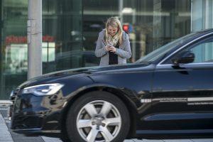 Fußgänger beim Überqueren der Straße: Riskante Ablenkung durch Smartphones. Foto: Dekra / Thomas Küppers.