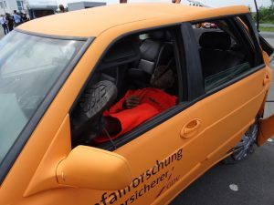 Wohl eher nicht ganz enstpannt: der Pkw-Fahrer nach dem Crash. Wohnmobile im Straßenverkehr - Crashtest der Unfallforschung der Versicherer (UDV) bei CTS in Münster. Foto: Petra Grünendahl,