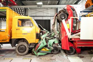 LKW Crashtest, 7,5t LKW rast mit 70 kmh in zwei PKWs, die bei Stau hintereinanderstehen, Foto: ADAC/ ©Martin Hangen.