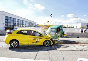 Beim Crash Honda Civic gegen Smart Fortwo nimmt der Honda viel Aufprallenergie des Smart auf. Foto: ADAC / Ralph Wagner.