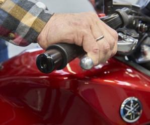 Lässt sich der Handbremshebel leicht an den Gasgriff heranziehen, stimmt etwas mit dem Bremssystem nicht. Foto: ADAC / Uwe Rattay