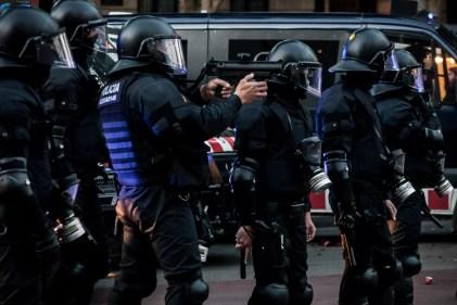 mossos - policías antidisturbios disparando