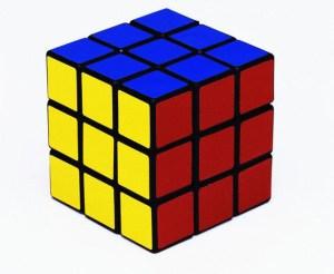 El cubo rubik armado, tiene en 3 de sus caras, los colores de la bandera de Colombia