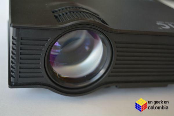 Crea tu propia sala de cine casera son romper tu cuenta de ahorros con un mini proyector UNIC UC40+