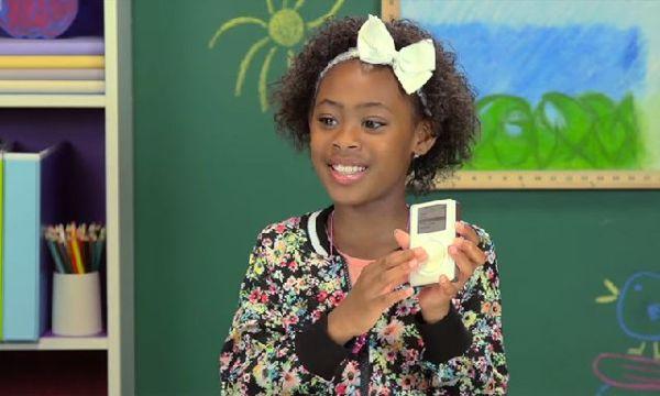 """En la serie de videos """"Kids react"""" vemos a chicos de menos de 10 años incapaces de hacer funcionar el primer iPod de Apple"""