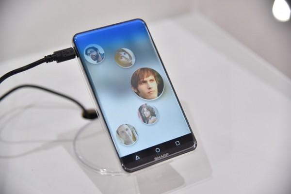 Si te gustan las pantallas curvas, te va a encantar Corner R, el Smartphone de Sharp que no tiene bordes
