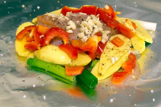 Legg kylling og de grønnsakene du liker oppå litt olje på folien.