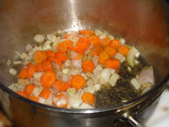 Grønnsaker surres først for å få frem litt smak.