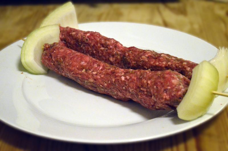 Bruk det kjøttet du har lyst til. Jeg lagde kjøttdeig-pølser og tredde på spiddene.