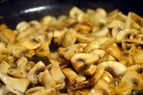 Fres sjampinjongen sammen med løk og hvitløk i smør