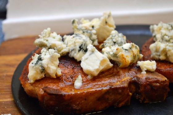 Strø rikelig med ost over kotelettene før du setter de i ovnen.