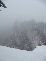 On the east peak of Mount Hua, the snow was so thick and the fog was so heavy that it was impossible to tell where the edge is.