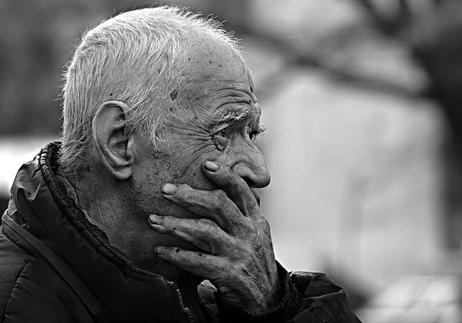 Fekete-fehér kép; egy öregember