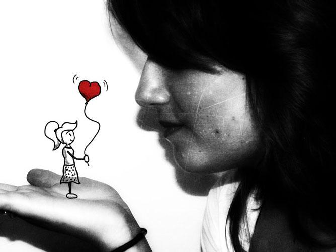 Lány; tenyerén szív alakú lufit tartó kedves rajzolt lány.