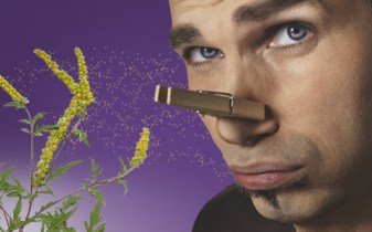 Szálló pollen ellen védekező férfi.