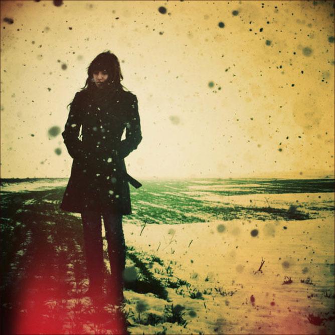 Kabátos lány a hóviharban