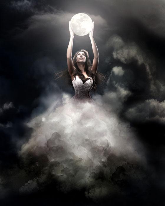 Előtörtő női alak a felhők mögül tartja a teliholdat.