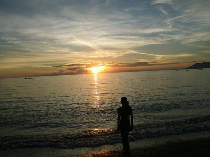 Séta a tengerparti naplementében.