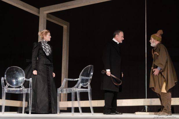"""IBSEN.SPETTRI.AKROAMA.NOVEMBRE2019.SABINAMURRUFOTO.4SM4609 scaled """"Spettri"""" in prima nazionale al Teatro delle Saline"""
