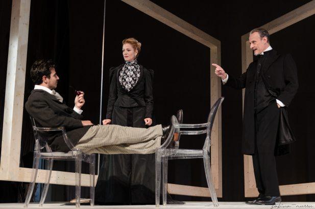 """IBSEN.SPETTRI.AKROAMA.NOVEMBRE2019.SABINAMURRUFOTO.4SM4627 scaled """"Spettri"""" in prima nazionale al Teatro delle Saline"""