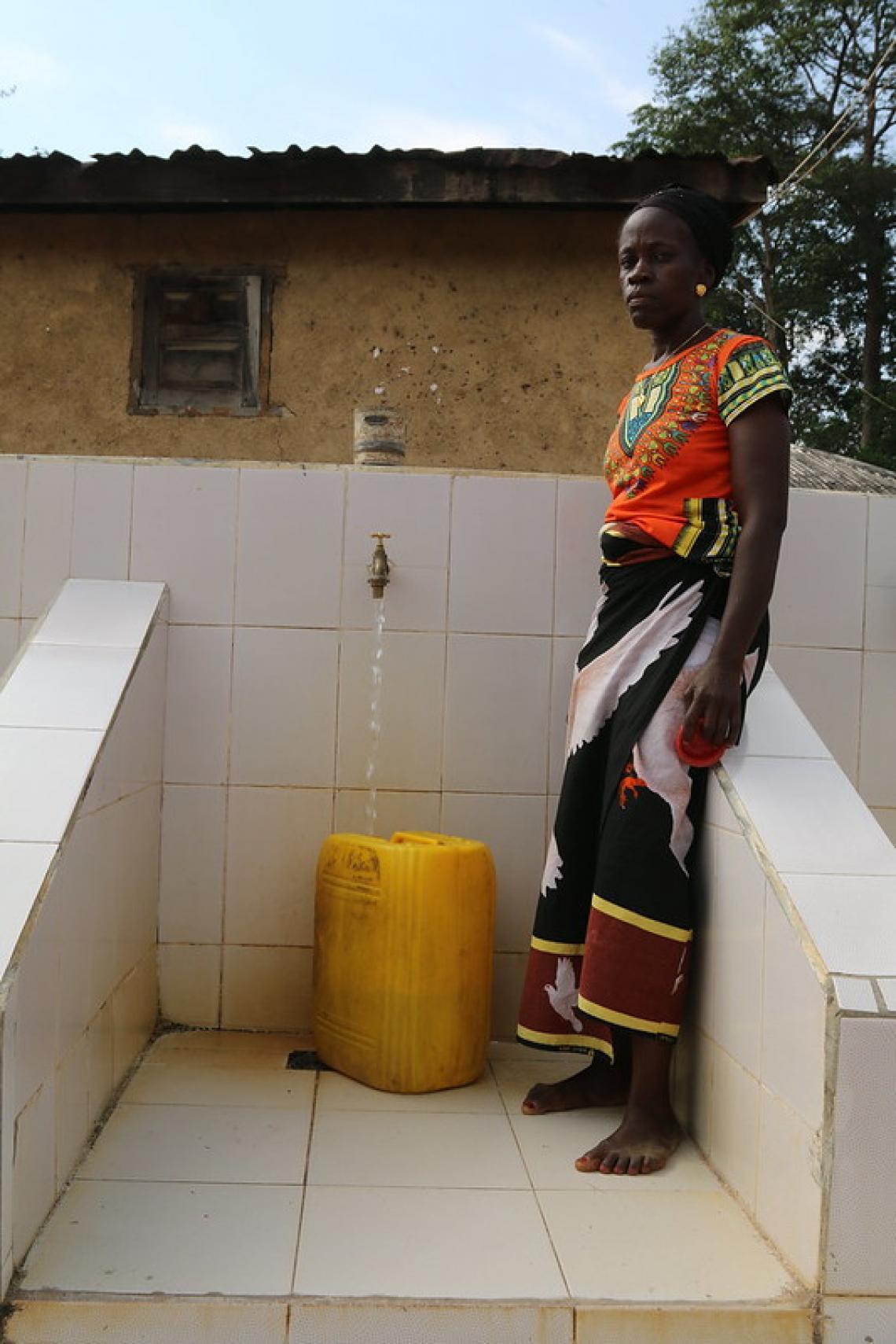 Une habitante de Bolodou venue puiser de l'eau à la borne-fontaine