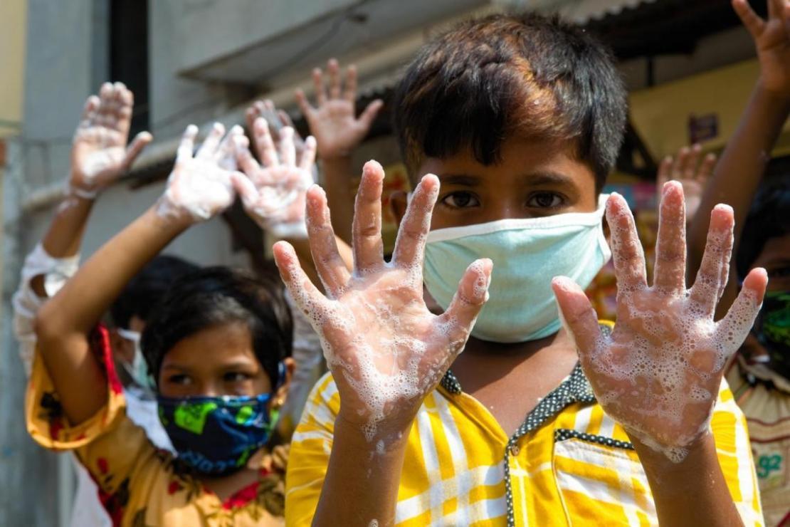 Unos niños se lavan las manos en un acto organizado por UNICEF Bangladesh en Dhaka con motivo del Día Mundial del Lavado de Manos.
