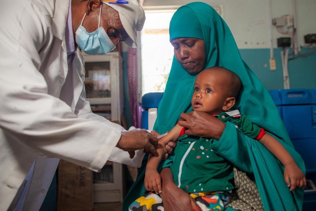 Un niño recibe la vacuna contra el sarampión en un centro de nutrición de Hargeisa, Somalilandia.