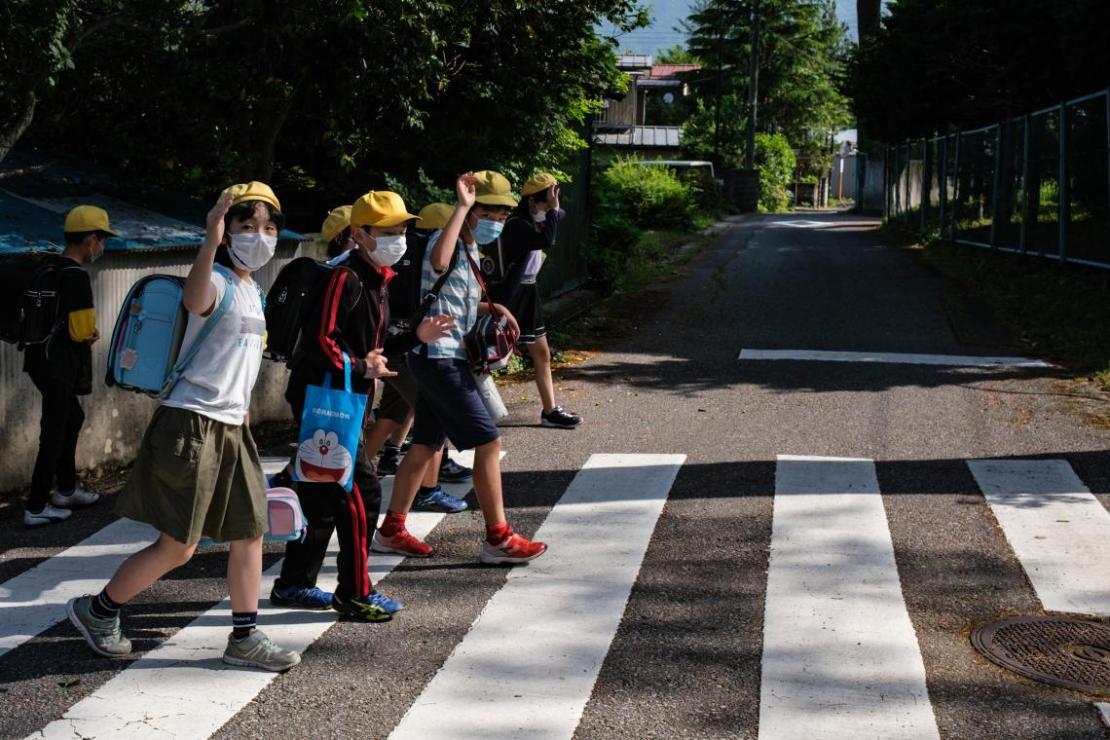 Un grupo de estudiantes cruzan la calle en la prefectura de Tochigi, Japón.