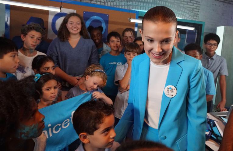 Millie Bobby Brown con un grupo de niños rodando el video de UNICEF para el Día Mundial de los Niños.