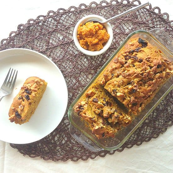 Pumpkin nut bread is an easy bread that you can make in no time. This nut bread recipe is extra flavorful thanks to pumpkin, raisins and different spices. It's also super simple to make.