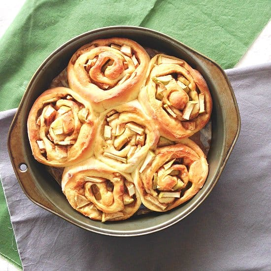 Do you like apple pie? Do you like cinnamon rolls? Then Apple Pie Cinnamon Rolls are for you! Ready in 100 minutes, best treat for fall!