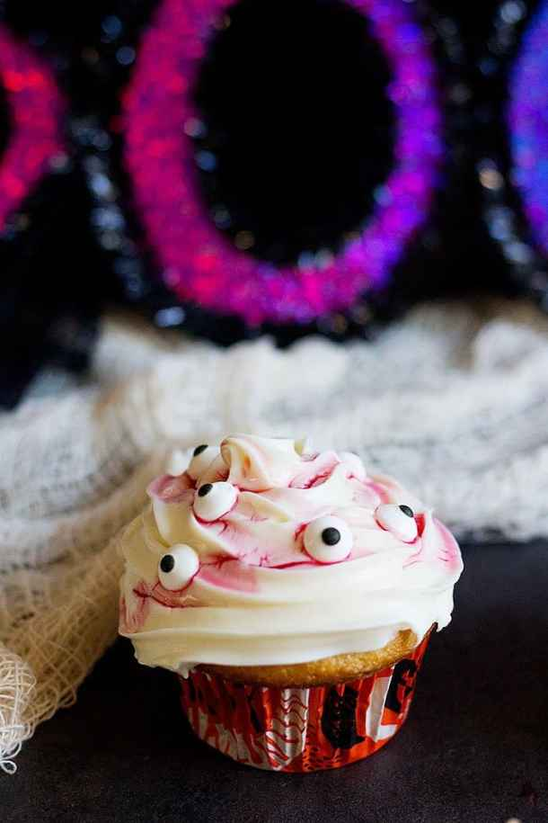 How to Make Bloody Cupcakes (Quick Tutorial) #Halloween #Cupcake From UnicornsintheKitchen.com