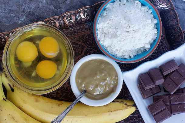 To make this classic banana bread you need peanut butter, bananas, eggs, sugar, leavening agents and flour.