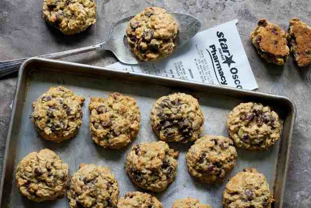 thick and chewy oatmeal chocolate chip cookies are crispy on the outside and absolutely chewy in the inside!