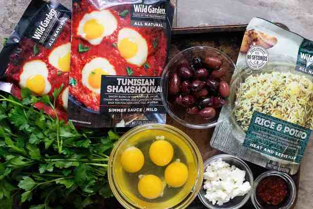 For this easy Shakshuka recipe you need shakshuka sauce, eggs, olives, parsley, feta and pilaf.