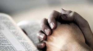 Morto com a bíblia em suas mãos