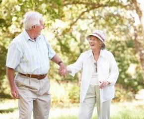 casal-de-idosos-caminhando-junto