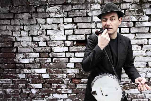 Stian Carstensen poserer med pipe og banjo