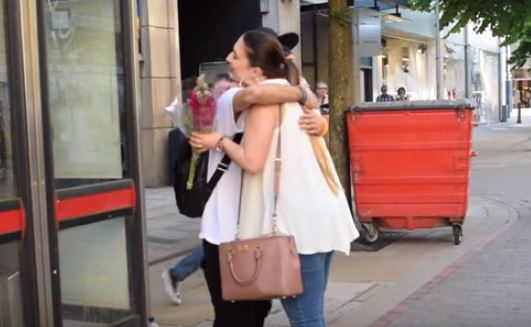 Blindfolded Muslim Man Offers Hugs In Manchester, Gets Amazing Response Baktash5