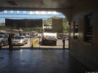die Fahrzeugeinfuhr wird hinter diesen Gittern gemacht