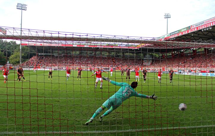 Torsten Mattuschka scores the 1:2