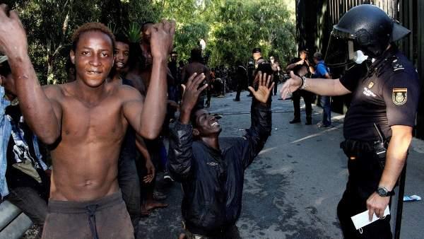 UnionGC protesta y lamenta ante la última avalancha de inmigrantes que deja 22  compañeros heridos.