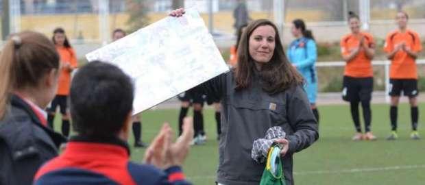 La guardameta Elena Fernández tras recibir su homenaje por sus compañeras de equipo