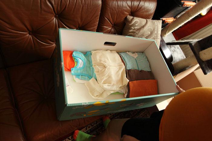 """""""Hay un pañal de tela y una toalla, pero el resto es casi toda ropa de varios estilos y formas, todo de género neutro. La parte inferior de la caja también es un colchón, por lo que el bebé puede utilizarlo como cama al comienzo de su vida. Todas las prendas son de muy alta calidad, y una buena parte de lo que venía en esta caja fue hecho en Finlandia o por empresas finlandesas."""""""