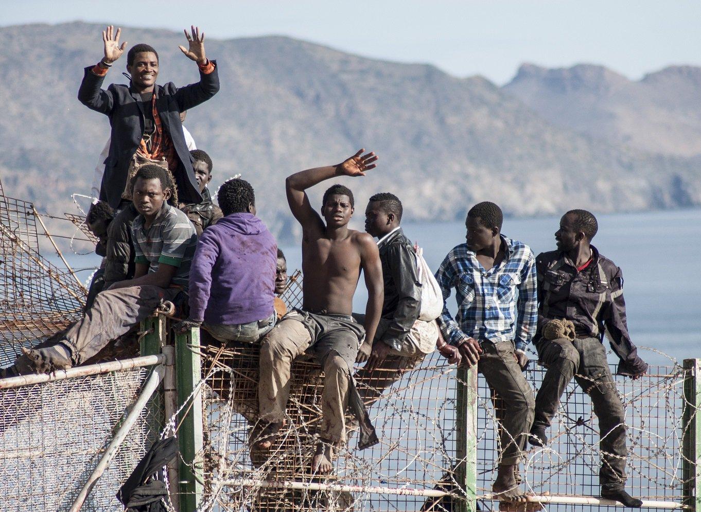 Un grupo de personas en lo alto de la valla entre Marruecos y Melilla [Blasco de Avellaneda]