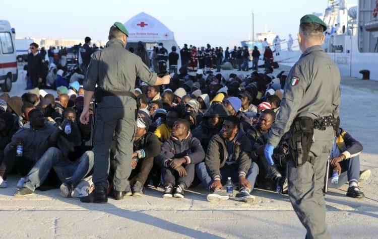 Grupo de personas retenidas al llegar a las costas italianas [Antonio Parrinello]